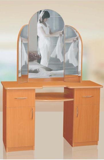 Стол-трюмо ИнтерКомоды<br>Стол-трюмо - элегантный столик с тремя зеркалами, из которых два зеркала подвижны.<br><br>Материалы: ЛДСП, кромка ПВХ<br>Полный размер: 1300*1650*450<br>Изготовление и доставка: 3-5 дней<br>Условия доставки: Бесплатная по Москве до подъезда<br>Условие оплаты: Оплата наличными при получении товара